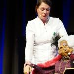 Krankenschwester Niki (Nicole Weißbrodt) betreut Puppe Clarissa aus der Seniorenresidenz Sonnenuntergang.