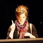 Richtig international geht es weiter mit Anna Paniccia (Eselsbrücke Panic und CIA) aus New York, die mit Hilfe der Spielleiste eine phantasievolle Nummer mit  zwei Handpuppen spielte.